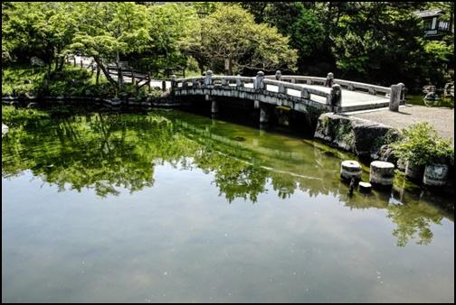 京都の円山公園の回遊式日本庭園の画像
