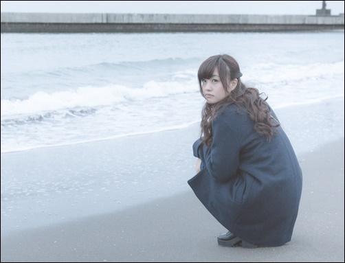 彼氏に結婚しようと言ってもらえず、浜辺でいじける女性の画像