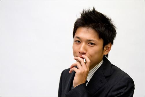 タバコを吸うサラリーマンの画像