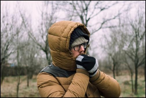 防寒着を着た男性の画像