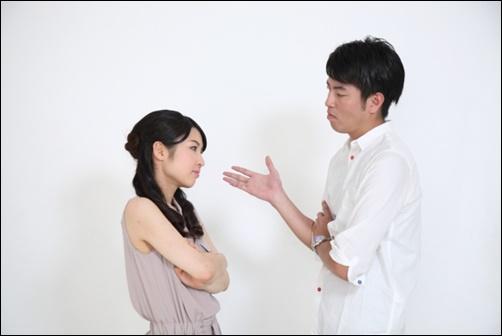 男女の考えは違う、話し合いをするカップルの画像