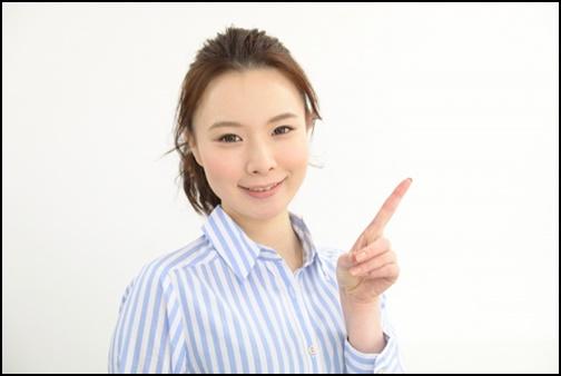指さしする美人女性の画像