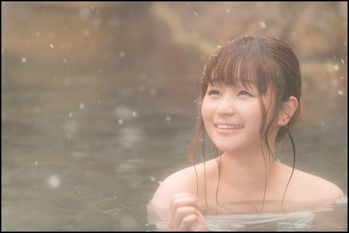 温泉に入っている女性の画像