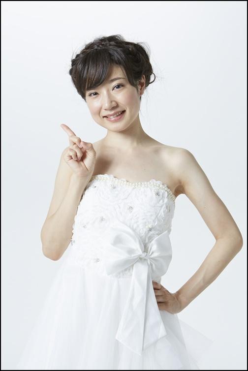 ウエディングドレス姿でガッツポーズする花嫁画像
