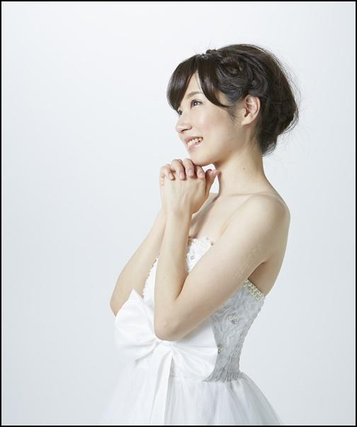 ウエディングドレス姿でお祈りする女性の画像