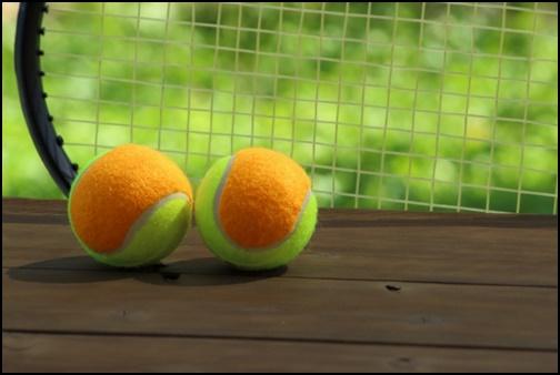 テニスボールとラケットの画像
