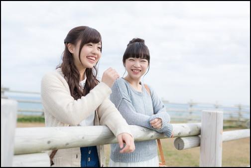 旅行で笑顔の女性二人組の画像