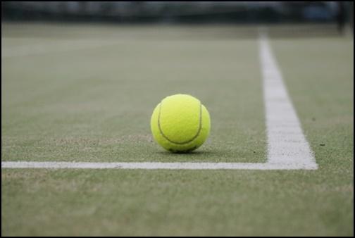 テニスコートとテニスボールの画像