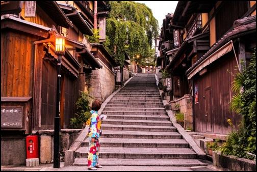 京都で着物を着たじょせいが階段を眺める画像