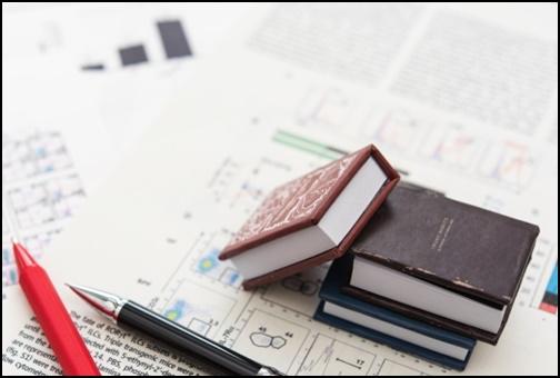本と赤と黒ボールペンの画像