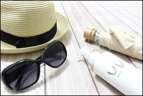 帽子とサングラスと日焼け止めクリームの画像