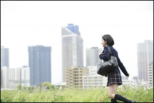 走る女子高生の画像