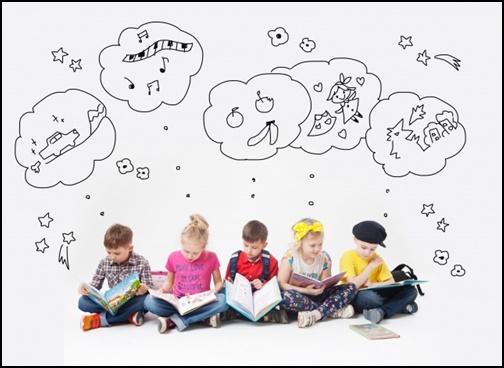 外国人の子供が絵本を見てイメージ・想像している画像
