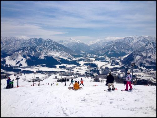 雪山でスキーをしている画像
