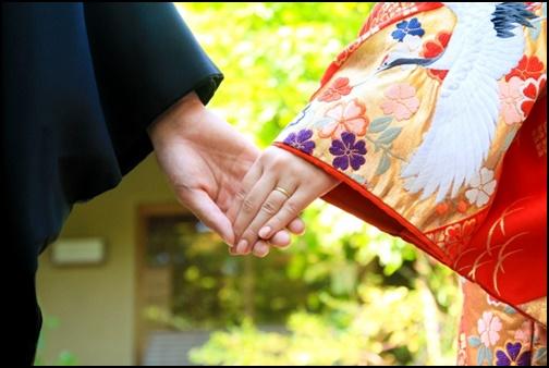 和服姿で手を繋いている男女の画像
