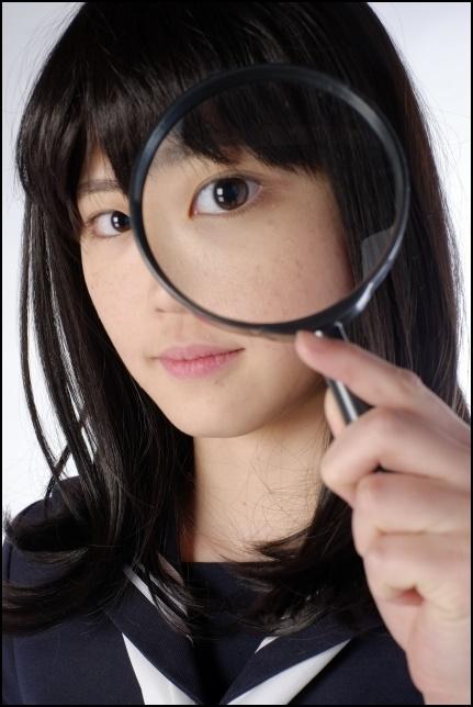 虫眼鏡で見る女子高生の画像