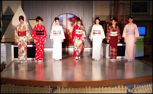 西陣織会館の着物ショーの画像