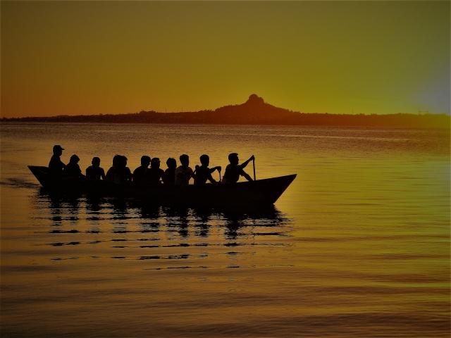 夕焼けのバックで漕ぐ沖縄のハーリーの画像