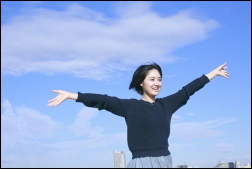 陽射しを受ける女子高生の画像