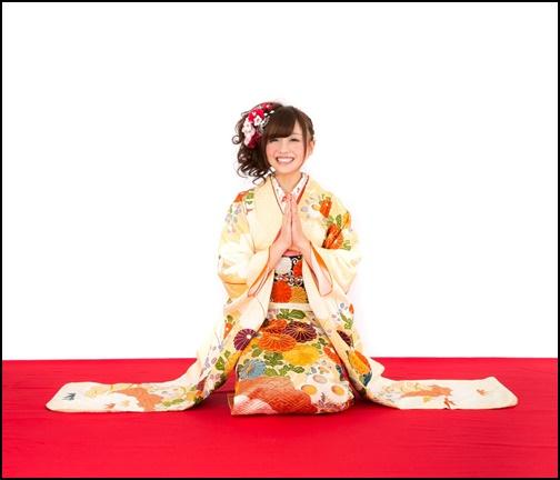 振袖を着て笑顔で挨拶をする女性の画像