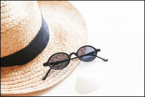 麦わら帽子とサングラスの画像