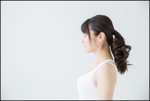 黒髪ロングヘアーの女性の画像