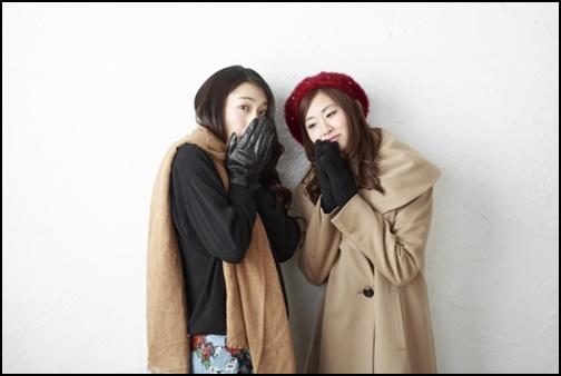 手袋をしている女性二人組の画像