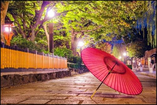 京都の街並みと傘の画像