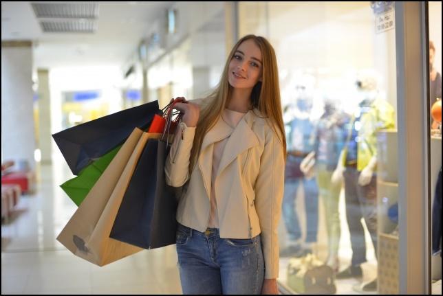 ジーンズ姿で買い物する外国人女性の画像