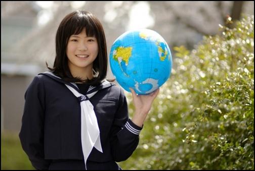 地球儀を持つ女子高生の画像