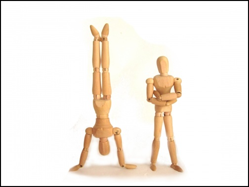 腕組と逆立ちしている人形の画像