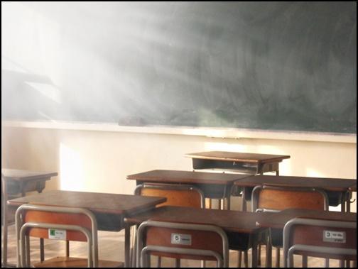 誰もいない教室の画像