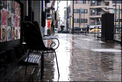 雨の街中の画像