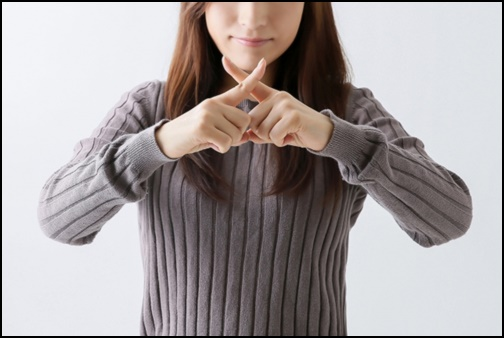 xのポーズをする女性の画像