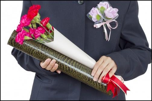 卒業証書と花束を持つ画像