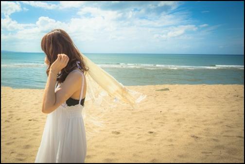 沖縄ビーチを歩く女性の画像