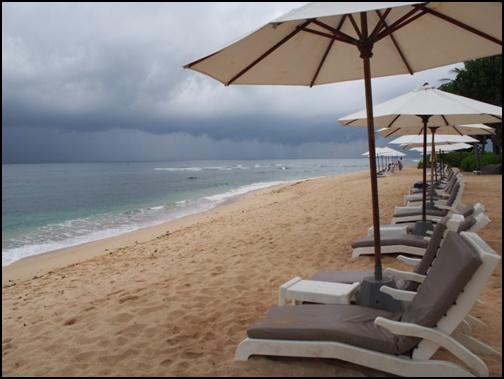 雨のビーチの画像