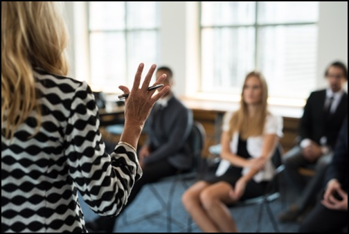 授業する外国人先生の画像