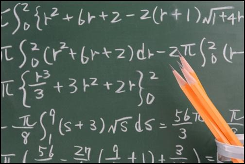 黒板に書かれた数式の画像