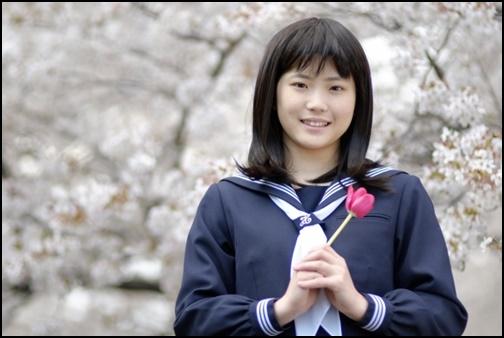 花を持つ女子高生の画像