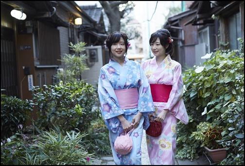 浴衣を着ている双子の姉妹の画像