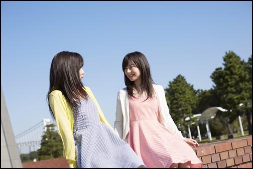 カーディガンを着ている姉妹の画像
