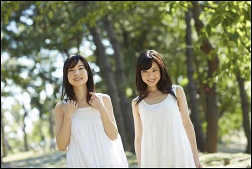 ・ワンピース姿の女性二人組の画像