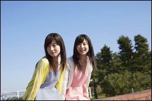 女子二人組、カーディガンを着ている女性の画像