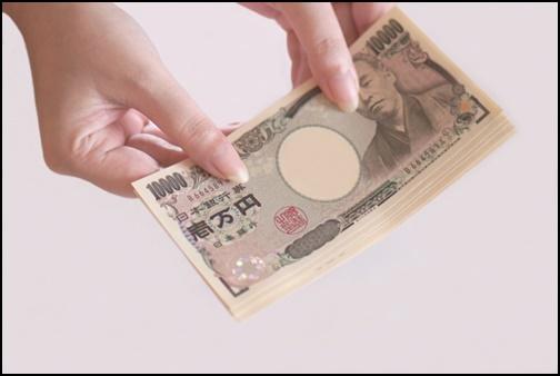 1万円札を持つ女性の画像