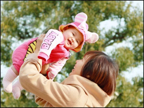 赤ちゃんを高い高いしている画像