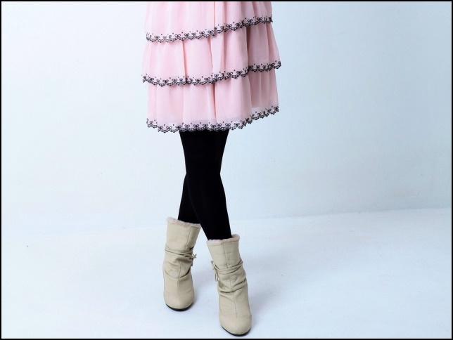 フリルのスカートとタイツとブーツの画像