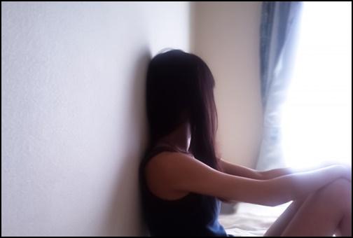 外を見つめている女性の画像
