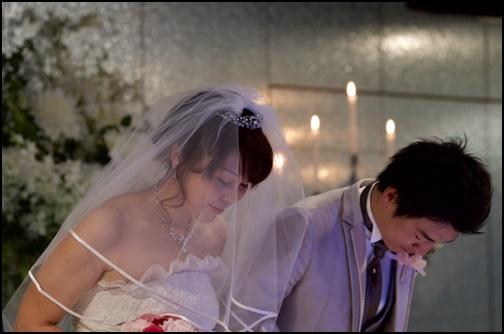 結婚式でお辞儀をするカップルの画像