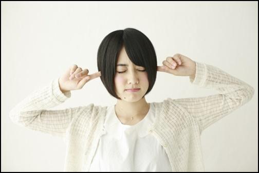 耳をふさぐ女子高生の画像